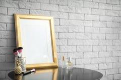 Modell von leeren Rahmen- und Make-upbürsten Stockfotos