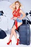 Modell Wearing Short Jean Shorts i fotostudio Royaltyfri Foto