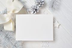Modell-Weihnachtsgrußkarte mit weißem Baum und Kegel, flatlay auf einem weißen hölzernen Hintergrund, mit Platz für Ihren Text stockfotos