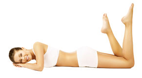 Modell White Underwear Lying för kvinnakroppskönhet Arkivfoto