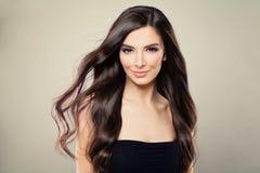 Modell Woman med brunt lockigt hår royaltyfri foto