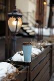 Modellanzeige: eine Schale des leeren Papiers, die auf einem Zaun in einem alten Stadthintergrund steht stockfotografie