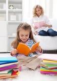 Modellatura dell'abitudine di lettura Fotografia Stock Libera da Diritti