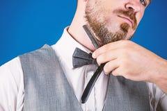 Modellatura della sua barba Pantaloni a vita bassa con il retro rasoio per la rasatura della barba Barbiere con lo strumento d'an immagine stock libera da diritti