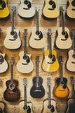Modellbakgrund av klassiska gitarrer Arkivbilder