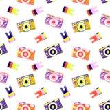 Modellbakgrund från kameror av olika ljusa färger med en film, spridda på måfå stock illustrationer