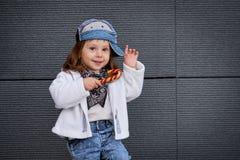 Modellbarnhöft-flygtur behandla som ett barn baseballmössan Arkivbilder