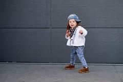 Modellbarnhöft-flygtur behandla som ett barn baseballmössan Royaltyfria Bilder