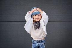 Modellbarnhöft-flygtur behandla som ett barn baseballmössan Arkivfoton