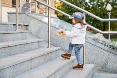Modellbarnhöft-flygtur kläder för jeans för mode för flickabarngata Royaltyfri Foto