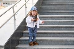 Modellbarnhöft-flygtur kläder för jeans för mode för flickabarngata royaltyfri bild