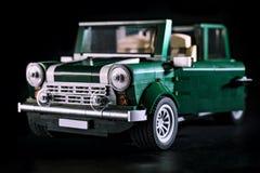 Modellbil framme av svart bakgrund Royaltyfri Bild