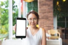 Modellbild av kvinnahanden som rymmer den vita sk?rmen f?r mobila smartphones f?r modelldesign och andra appsk?rmbakgrund arkivbilder