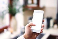 Modellbild av smartphonen med den tomma vita skärmen arkivfoto