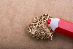 Modellblyertspenna på hjärta format objekt Royaltyfri Foto