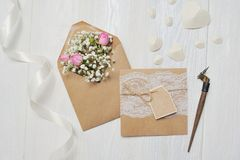 Modellbokstav med blommor och calligraphic pennhälsningkort för dag för St-valentin` s i lantlig stil med stället för Fotografering för Bildbyråer
