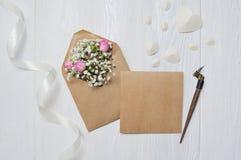 Modellbokstav med blommor och calligraphic pennhälsningkort för dag för St-valentin` s i lantlig stil med stället för Arkivbilder
