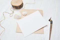 Modellbokstav med ett calligraphic pennhälsningkort för dag för St-valentin` s i lantlig stil med stället för din text Royaltyfria Bilder