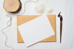 Modellbokstav med ett calligraphic pennhälsningkort för dag för St-valentin` s i lantlig stil med stället för din text Lekmanna-  Arkivbild