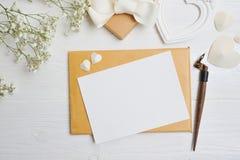 Modellbokstav med ett calligraphic pennhälsningkort för dag för St-valentin` s i lantlig stil med stället för din text, lekmanna- Arkivbild