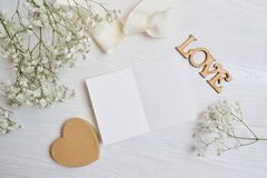 Modellbokstav med ett calligraphic pennhälsningkort för dag för St-valentin` s i lantlig stil med stället för din text, lekmanna- Royaltyfri Fotografi