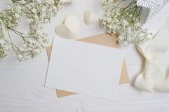 Modellbokstav med ett calligraphic pennhälsningkort för dag för St-valentin` s i lantlig stil med stället för din text, lekmanna- Arkivfoto