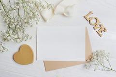 Modellbokstav med ett calligraphic pennhälsningkort för dag för St-valentin` s i lantlig stil med stället för din text, lekmanna- Fotografering för Bildbyråer