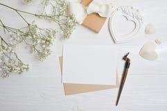 Modellbokstav med ett calligraphic pennhälsningkort för dag för St-valentin` s i lantlig stil med stället för din text, lekmanna- Royaltyfri Foto