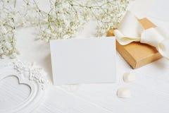 Modellbokstav med gåva- och hälsningkortet för dag för St-valentin` s i lantlig stil med stället för din text, lekmanna- lägenhet Royaltyfria Bilder