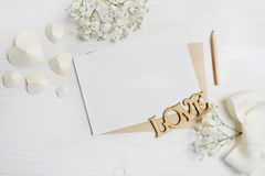 Modellbokstav med pennhälsningkortet för dag för St-valentin` s i lantlig stil med stället för din text, lekmanna- lägenhet, foto Royaltyfri Foto