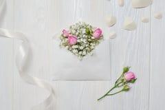 Modellbokstaven med blommor steg för dag för St-valentin` s i lantlig stil med stället för din text, den lekmanna- lägenheten, bä Arkivbild