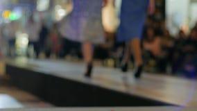 Modelle in den hohen Absätzen, die entlang Brücke, Mädchen im Abendkleid und Schuhe gehen, gehen auf Podium, neues stilvolles der stock footage