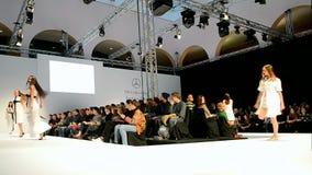 Modelle, die auf Podium tanzen, Mercedes Benz Kiev Fashion Days, stock footage
