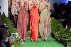 Modelle am Ende der Modeschau Stockfoto
