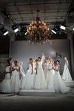 Modelle erscheinen an einem Toast zu Tony Ward: Eine spezielle Brautsammlung Lizenzfreie Stockbilder