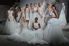 Modelle erscheinen an einem Toast zu Tony Ward: Eine spezielle Brautsammlung Lizenzfreies Stockbild