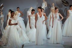 Modelle erscheinen an einem Toast zu Tony Ward: Eine spezielle Brautsammlung Lizenzfreie Stockfotografie