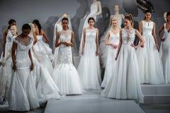 Modelle erscheinen an einem Toast zu Tony Ward: Eine spezielle Brautsammlung Stockfotografie