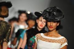 Modelle gehen die Rollbahn bei Tatyana Designs Stockbild
