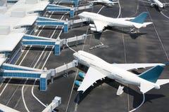 Modelle von den modernen Flugzeugen, die am Miniaturflughafen stehen. Stockfoto