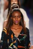 Modelle von HC-Weg an DSW fördert 20. Jahrestags-frische Gesichts-in Mode Rollbahn-Frühling 2016 Gen Arts Stockbilder