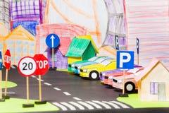 Modelle von Papierautos am Parken in der Spielzeugstadt lizenzfreies stockbild