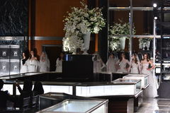 Modelle werfen auf der Rollbahn auf, die Reem Acra an Tiffany und an Co trägt Stockfotografie