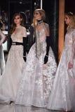 Modelle werfen auf der Rollbahn auf, die Reem Acra an Tiffany und an Co trägt Stockbilder