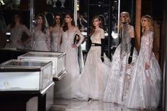 Modelle werfen auf der Rollbahn auf, die Reem Acra an Tiffany und an Co trägt Lizenzfreies Stockfoto