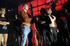 Modelle werfen auf der Rollbahn an der Wiederholung vor Philipp Plein-Modeschau auf lizenzfreies stockfoto