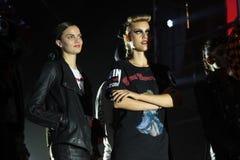 Modelle werfen auf der Rollbahn an der Wiederholung vor Philipp Plein-Modeschau auf stockbild