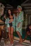 Modelle werfen im Designerschwimmenkleid während der Mara Hoffman Swim-Modedarstellung auf Lizenzfreie Stockfotografie