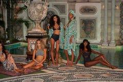 Modelle werfen im Designerschwimmenkleid während der Mara Hoffman Swim-Modedarstellung auf Lizenzfreie Stockfotos