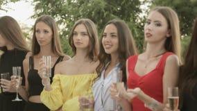 Modelleert het drinken champagne op de veranda stock footage